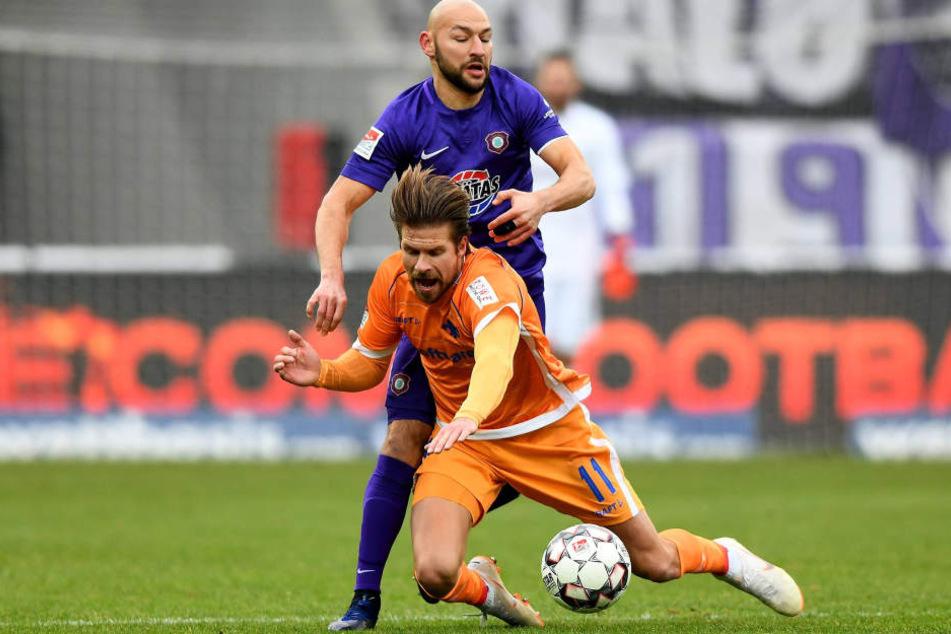 Philipp Riese (h.) bekämpft in dieser Szene Darmstadts Tobias Kempe. Der Auer ist durch seine Hartnäckigkeit im Zweikampf und seine Laufstärke nicht mehr wegzudenken.