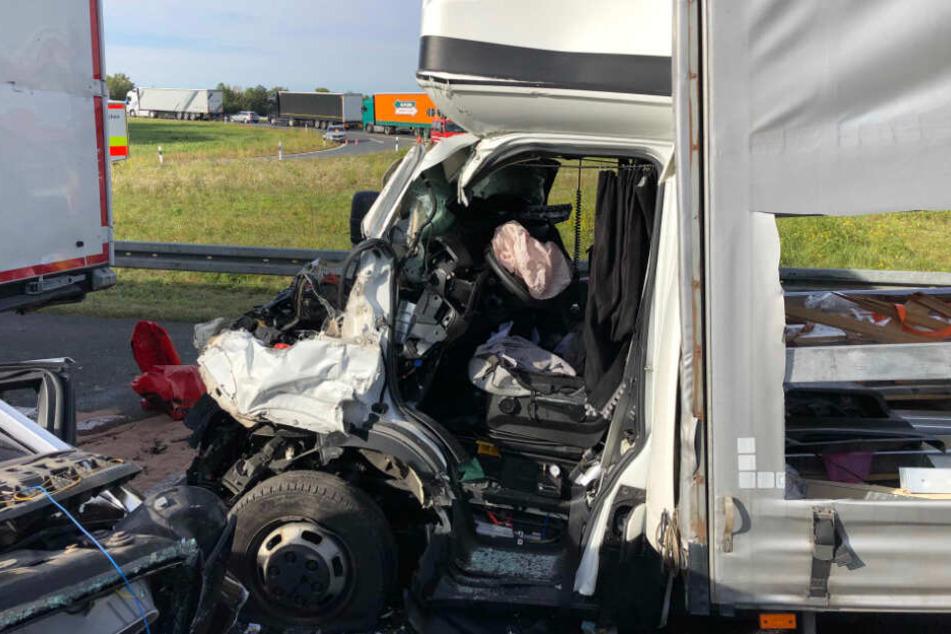 Den Fahrer des 7,5-Tonners musste die Feuerwehr mit technischem Gerät befreien.