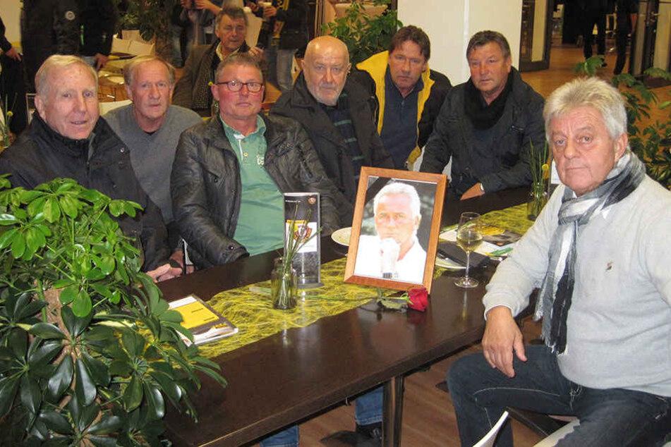 """Klaus Sammer (73), Gerd Heidler (68), Frank Richter (64), """"Hansi"""" Kreische (69), Andreas Trautmann (57), """"Dixie"""" Dörner (65) und Rainer Sachse (66,v.l.) gedenken ihrem ehemaligen Mitspieler."""