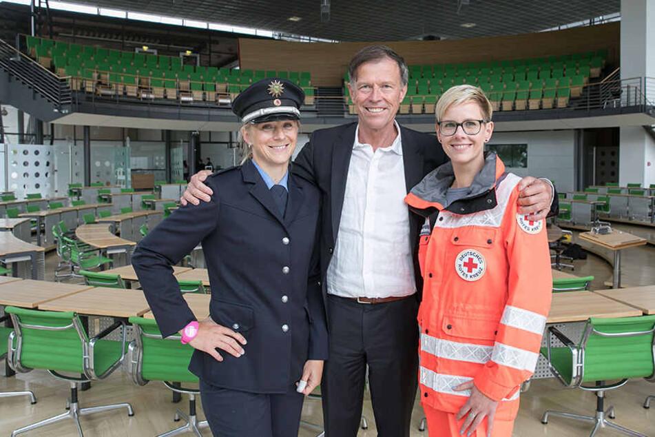 Landtagspräsident Matthias Rößler (62) mit DRK-Sprecherin Ulrike Peter (37) und Oberkommissarin Ulrike Burkert (38).