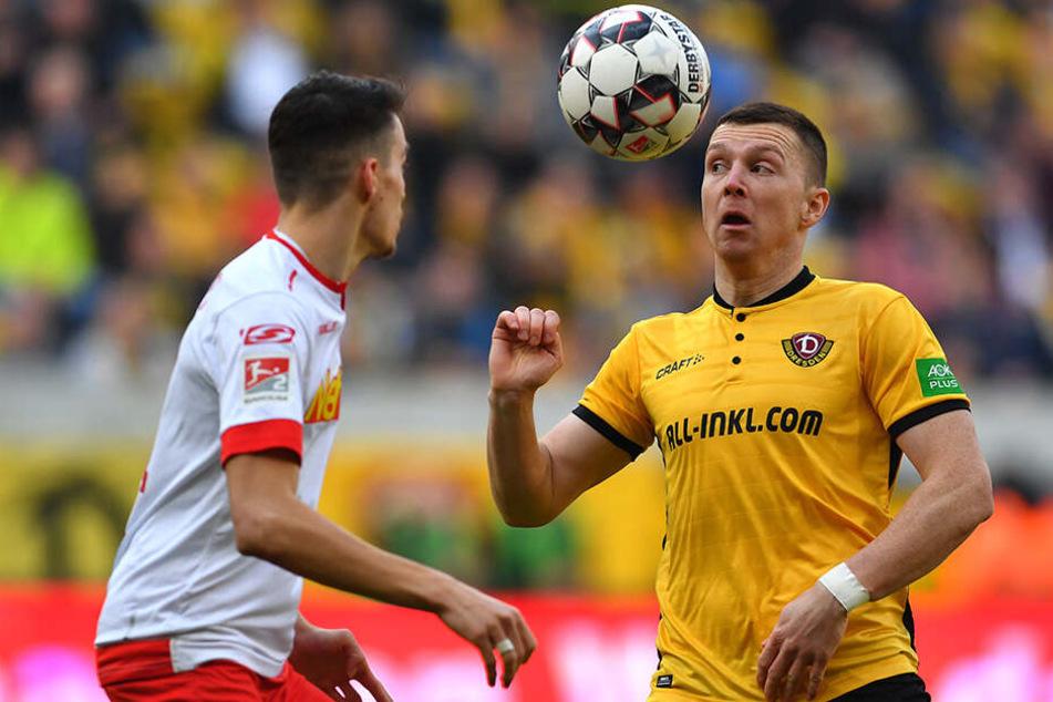 Haris Duljevic mit dem Heimtrikot der Spielzeit 2018/19. Charakterisch die Knöpfe.