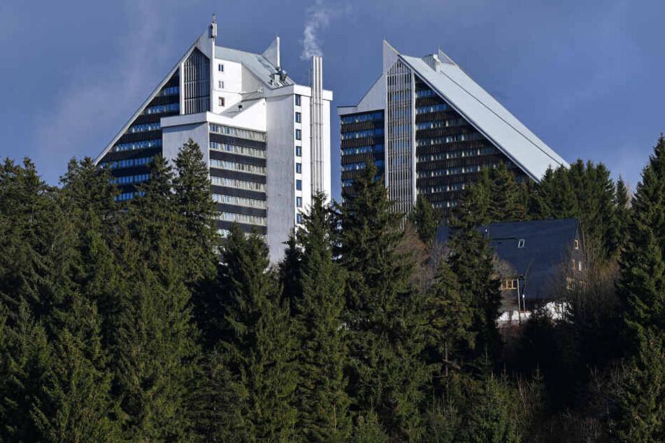 Das Hotel ist besonders wegen seiner Skischanzen-Form bekannt.