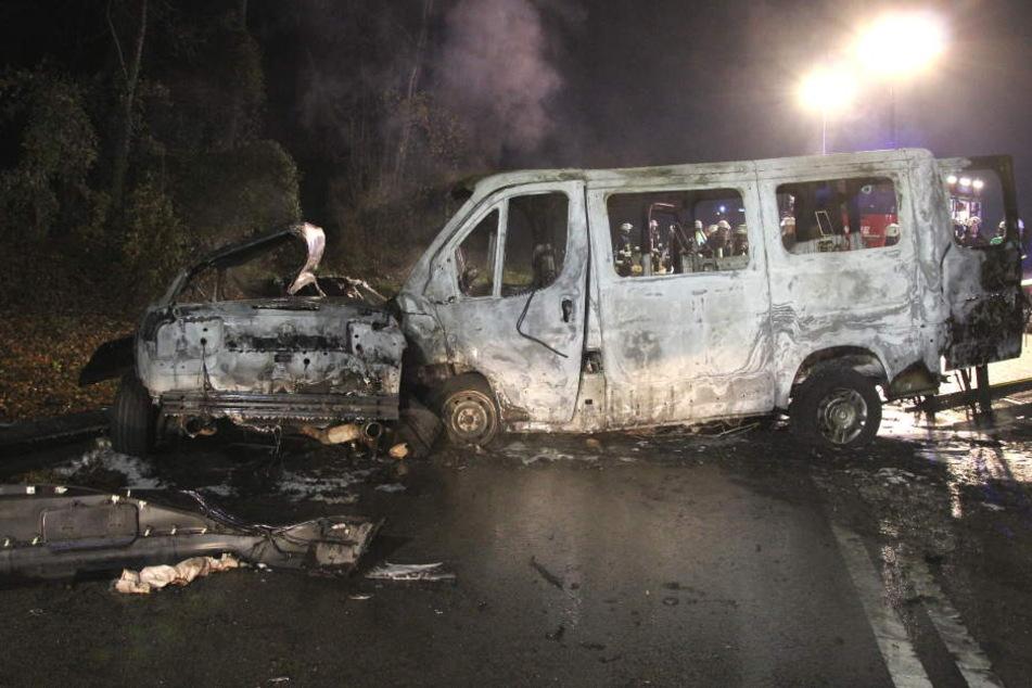 Die zwei ausgebrannten Fahrzeuge auf der B12 bei Rattenkirchen.