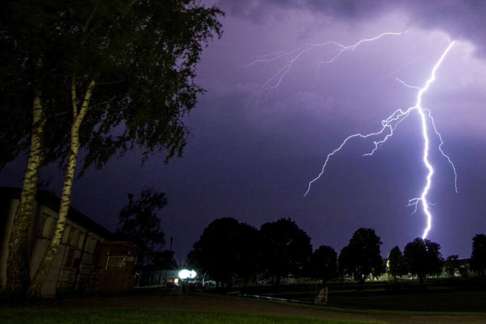 Der Blitz schlug wohl auf dem Spielfeld ein. (Symbolbild)