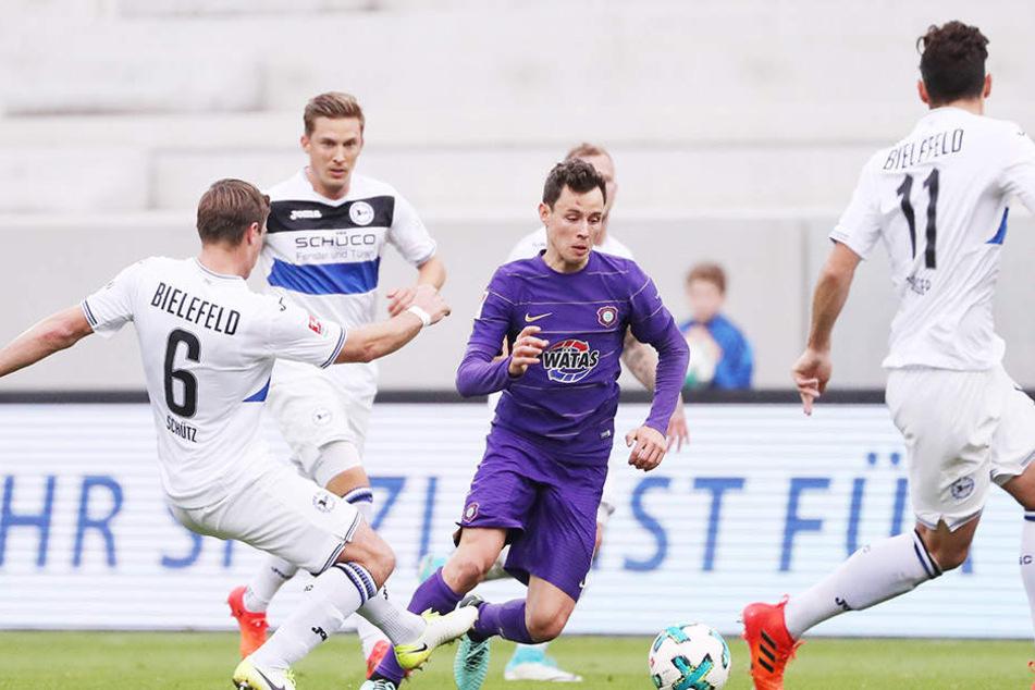 Clemens Fandrich, hier gleich von  vier Bielefelder Akteuren umringt, lief gegen die Armina zum ersten Mal in  seiner Karriere in einem Punktspiel als Stürmer auf.