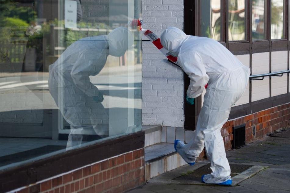 Ein Mitarbeiter der Polizei sichert Spuren. (Archivbild)