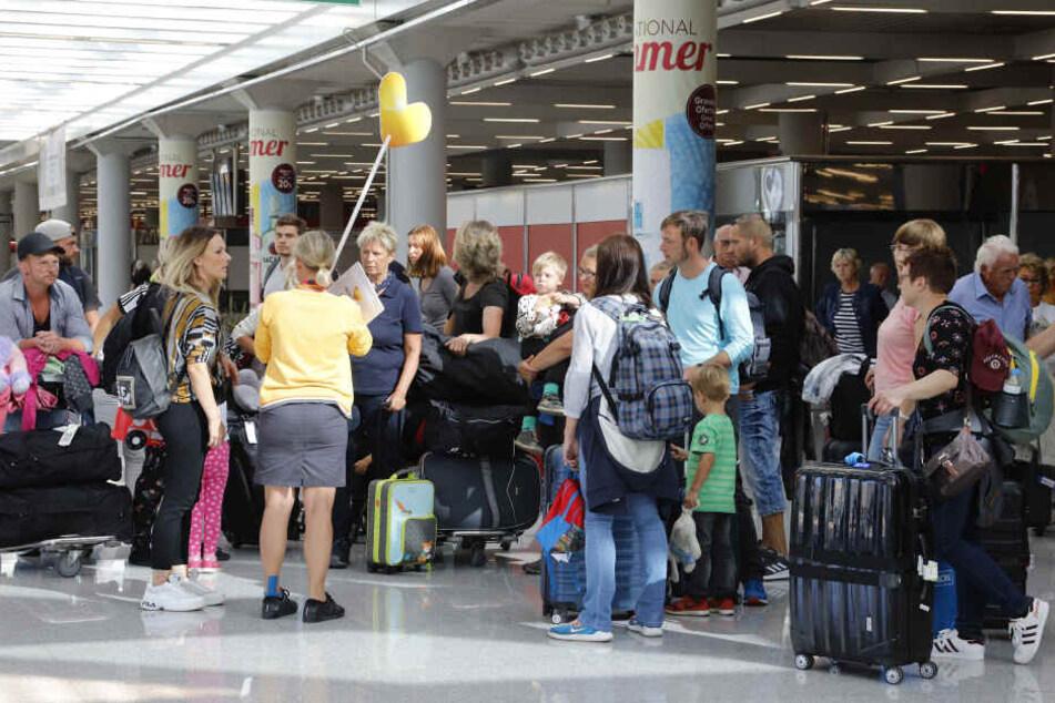 Fluggäste im Flughafen Palma de Mallorca