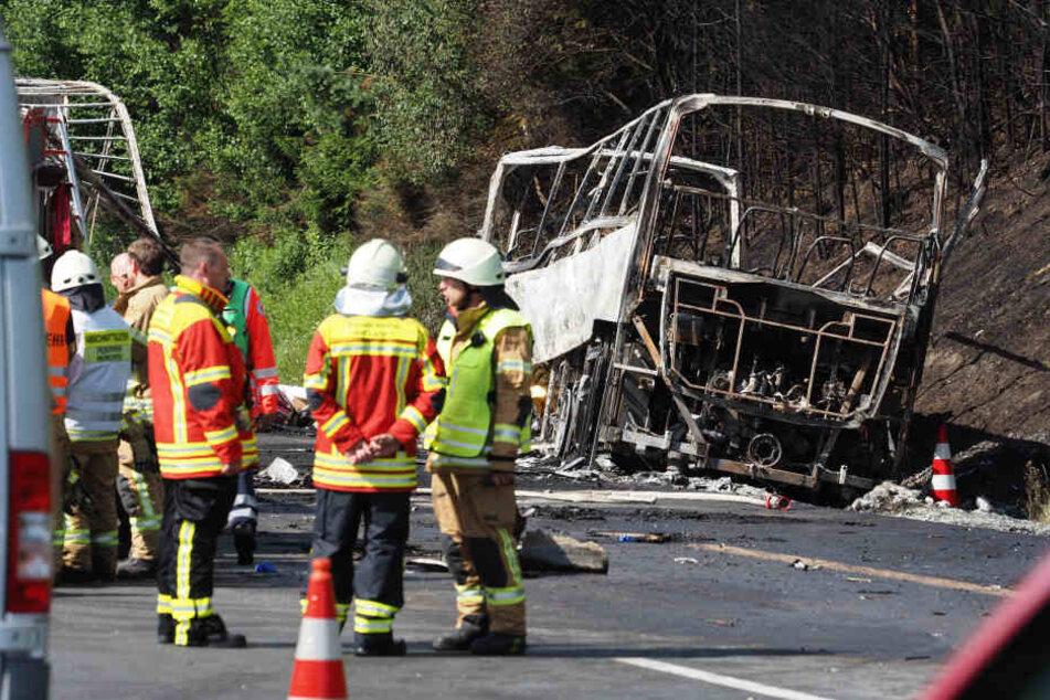 Nach ersten Informationen soll der Reisebus nach einem Zusammenstoß mit einem Lastwagen in Brand geraten sein.