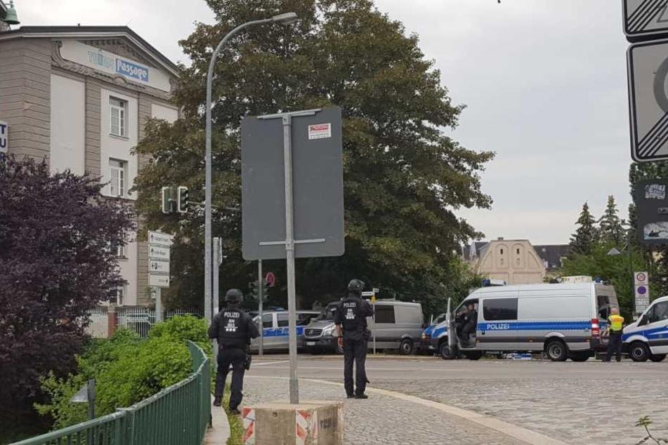 """Die Polizei hat das Center """"Turmpassage"""" abgesperrt."""