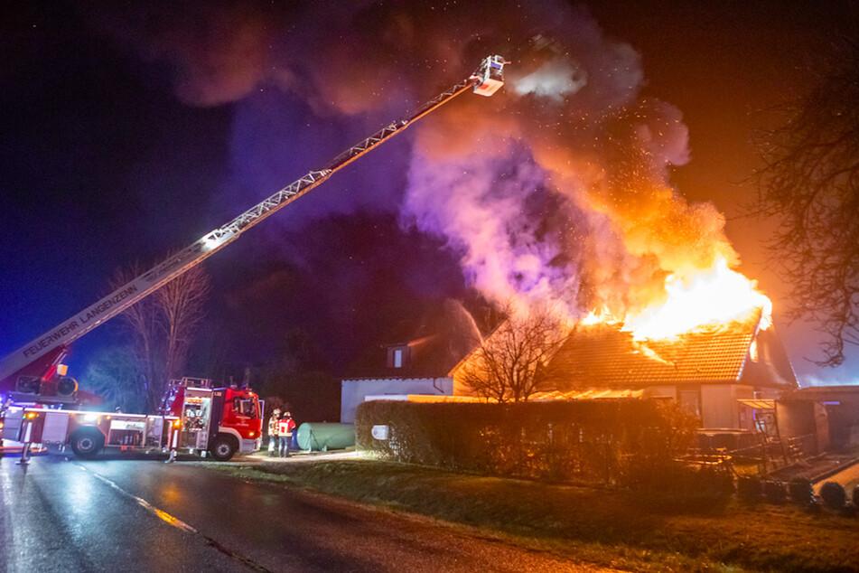Feuer zerstört komplettes Wohnhaus: Trümmerteile erschweren Löscharbeiten