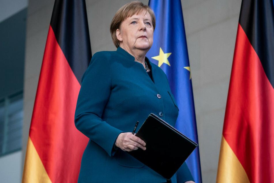 Angela Merkel kommt zur Pressekonferenz.