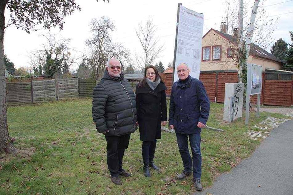 An der Bahnhofstraße in Großzschachwitz soll die Lese-Oase entstehen: Vereins-Chef und Mitinitiator Detlef Eilfeld (59, r.) mit den unterstützenden Stadträten Heike Ahnert (38, CDU) und Michael Bäuerle (61, SPD).
