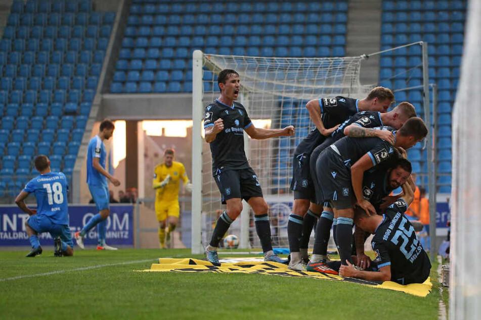 Jubel beim TSV 1860 nach dem Treffer von Leon Klassen.
