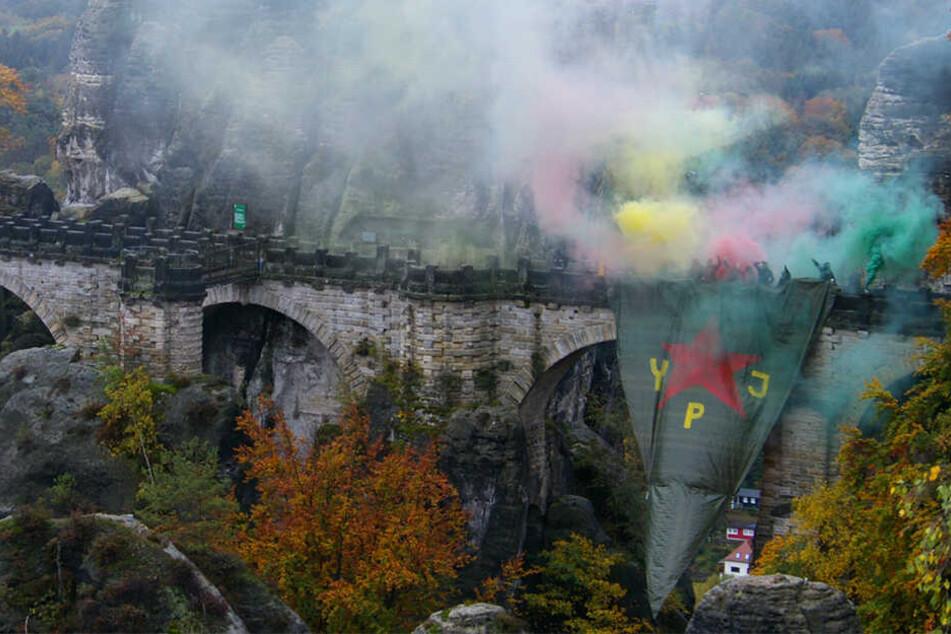 Als Zeichen der Solidarität: Aktivisten haben eine 15 x 10 Meter große Fahne an der Basteibrücke gehisst.