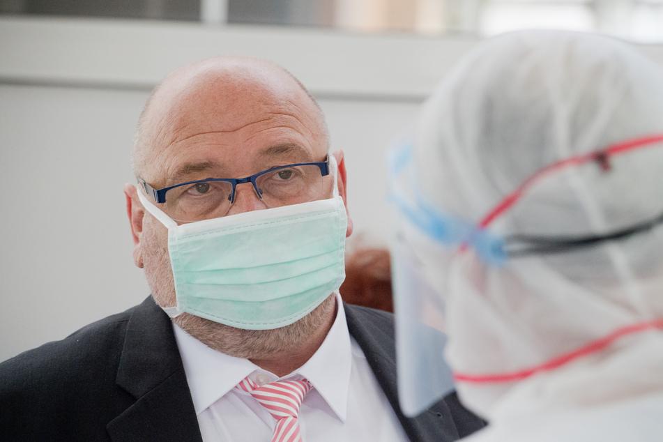 Harry Glawe (CDU), Wirtschafts- und Gesundheitsminister von Mecklenburg-Vorpommern, besucht in Greifswald eine Fieberambulanz.