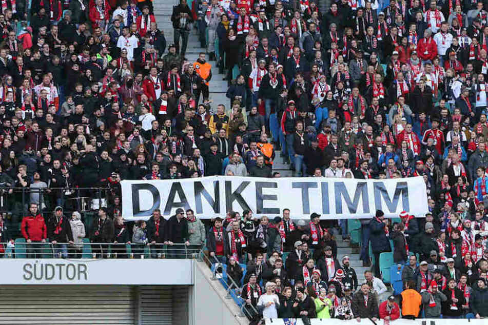 """Mit einem """"Danke Timm""""-Plakat verabschiedeten sich einige Anhänger vom ehemaligen Fanbeauftragten Timm Merten."""