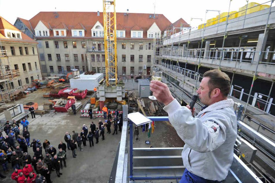 Maurer Ralf Leonhardt (46) stieß beim Richtspruch auf den Polizei-Neubau an.