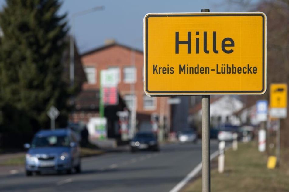 Auf zwei Höfen im Ort Hille wurden drei Leichen gefunden.