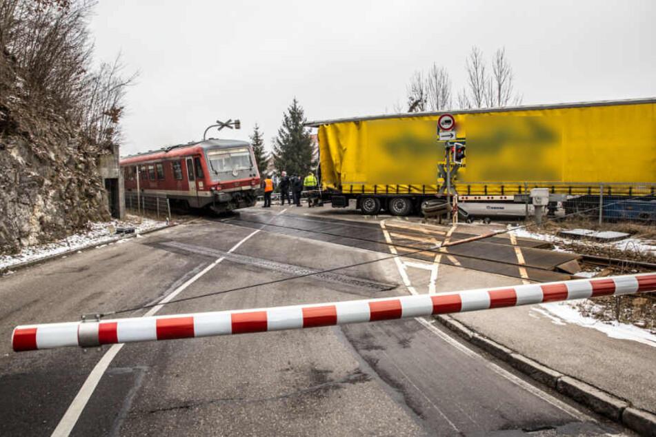Lastwagen-Fahrer rangiert auf Bahnübergang, da kommt ein Zug!