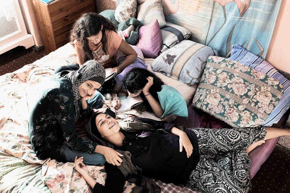 Hatun Aynur Sürücü (r., Almila Bagriacik) im Kreise ihrer Schwestern.