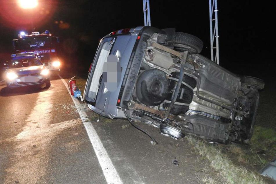 Die Beifahrerin des Kleintransporters wurde bei dem Unfall schwer verletzt.