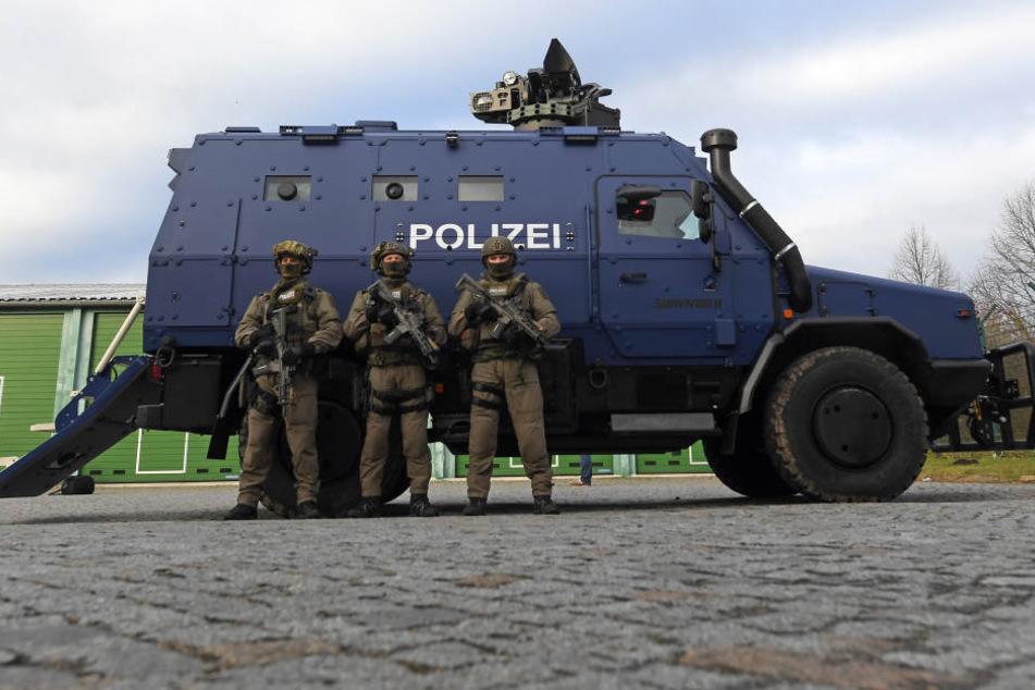 """Bewaffnete Polizisten des SEK präsentierten am Freitag den ersten Sachsen-Panzer """"Survivor R""""."""