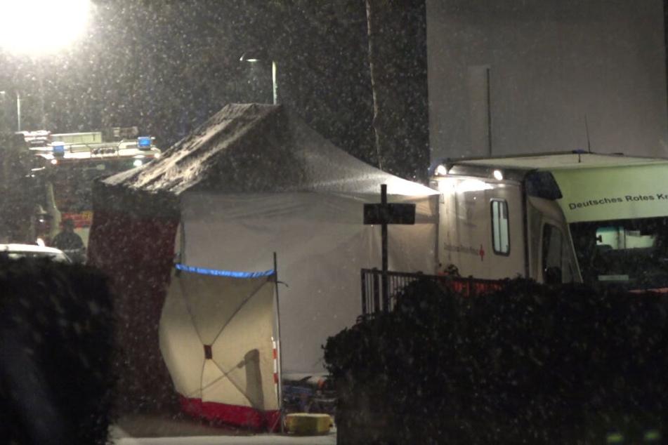 Die Leiche des Mannes wird durch das Zelt abgeschirmt.