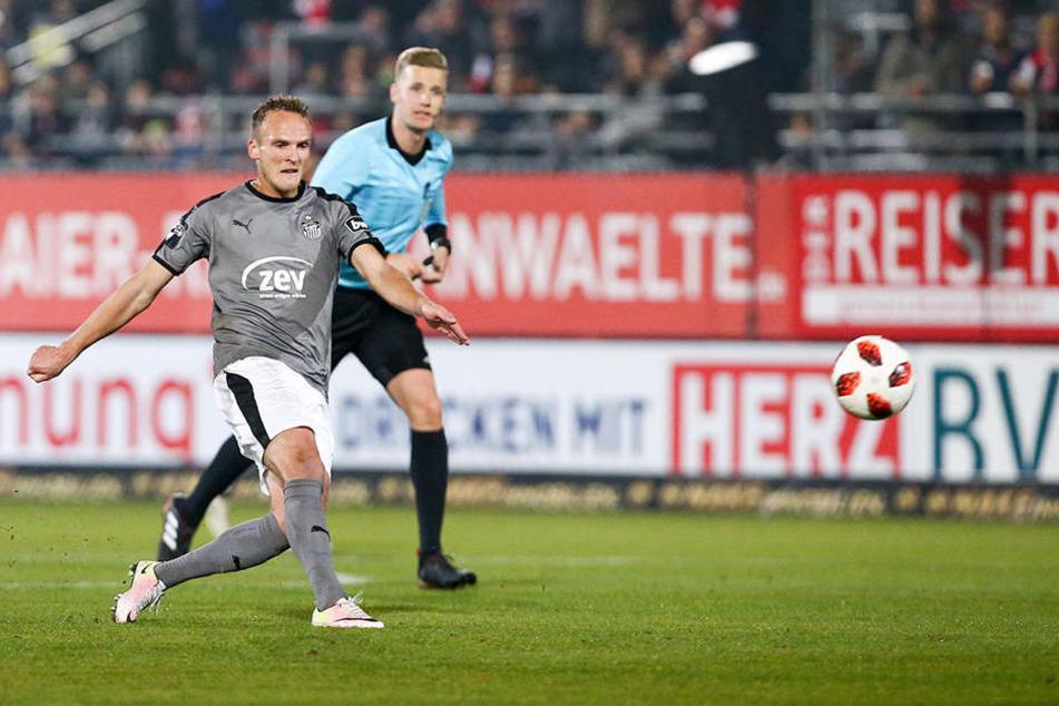 Julius Reinhardt hat abgezogen, einen Augenblick später schlägt das Geschoss des Zwickauers zur 1:0-Führung für den FSV im Kasten der Würzburger Kickers ein. Am Ende siegten die Westsachsen mit 2:0.