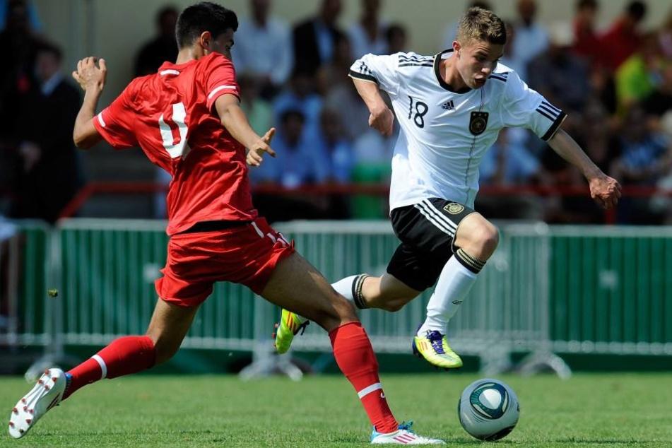 Christian Mauersberger lief zehn Mal für die U-17-Auswahl des DFB auf. Bei seinem Debüt am 24. August 2011 feierte er einen 4:0-Sieg gegen die Türkei. Hier zieht er an Özgür Özdemir vorbei.