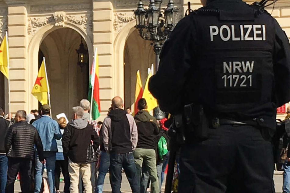 Ein Teil der Kurden versammelte sich ab 10 Uhr auf dem Opernplatz in Frankfurt.