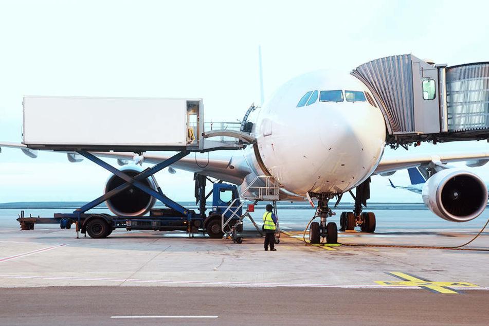 Nach erneuten Drohnensichtungen am Flughafen London-Gatwick sind alle Starts und Landungen an Europas siebtgrößtem Airport wieder ausgesetzt worden.