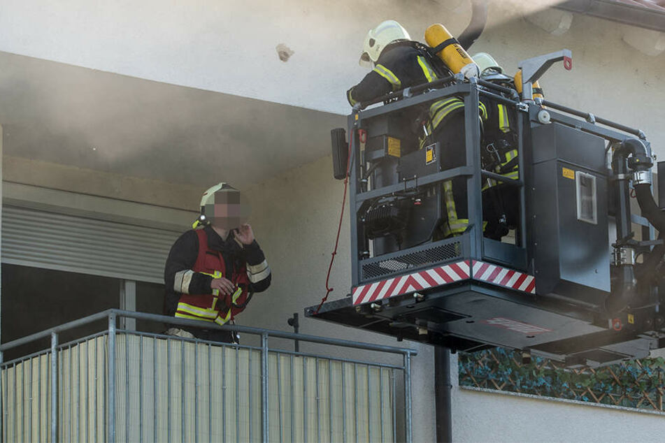 Fünf Bewohner eines Mehrfamilienhauses in Kitzscher mussten von der Feuerwehr über den Balkon evakuiert werden.