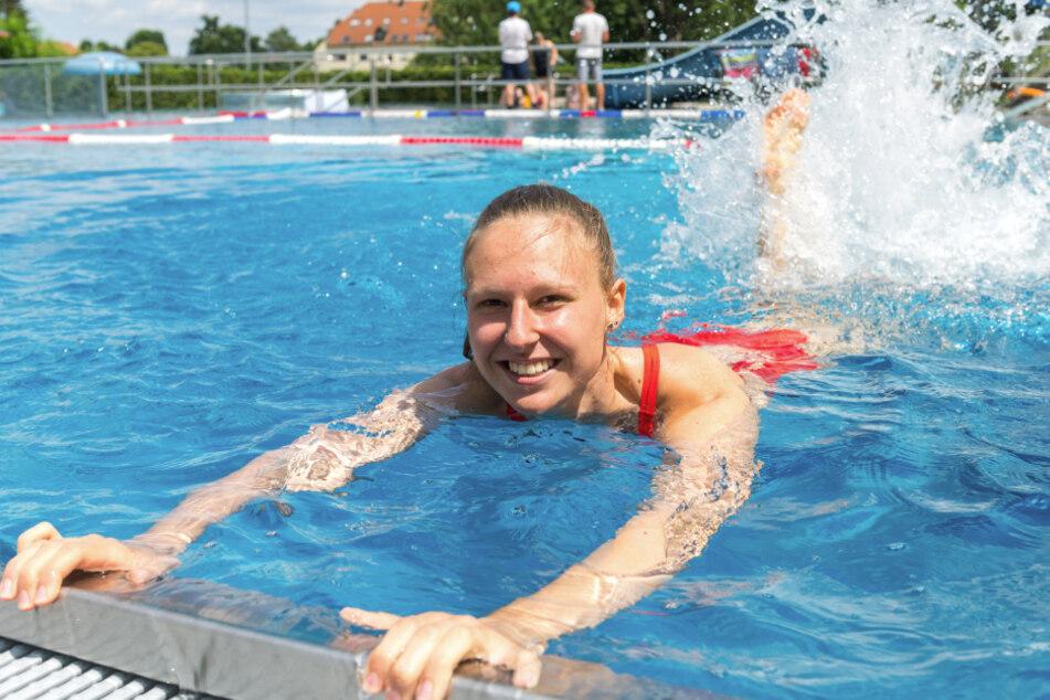 Vanessa Wagner (19) aus dem Erzgebirge macht sich im Wasser warm.