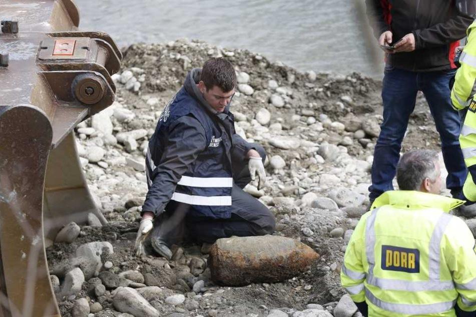 Bombenentschärfer bei der Arbeit: Je länger Blindgänger im Boden verrosten, desto unberechenbarer werden sie.