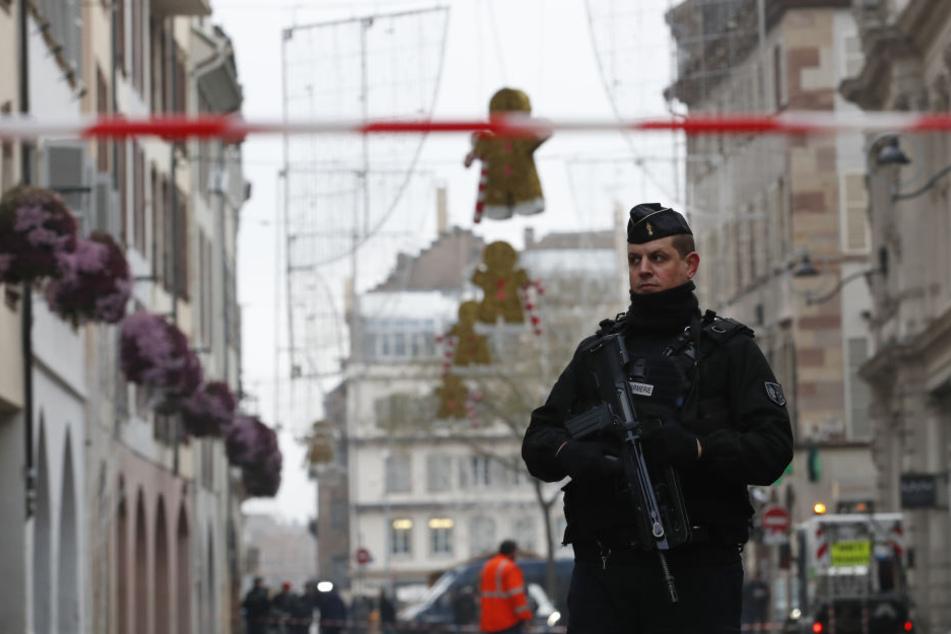 Ein Polizist geht nach einem Angriff in der Gegend des Straßburger Weihnachtsmarkts durch die Innenstadt.