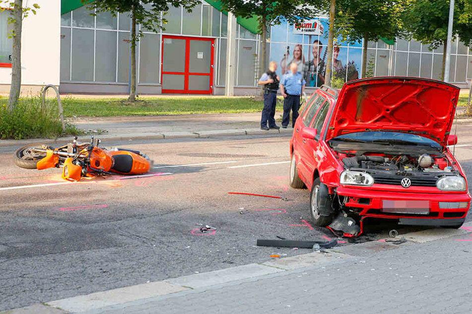 Als der VW abbiegen wollte, krachten die beiden Fahrzeuge zusammen.