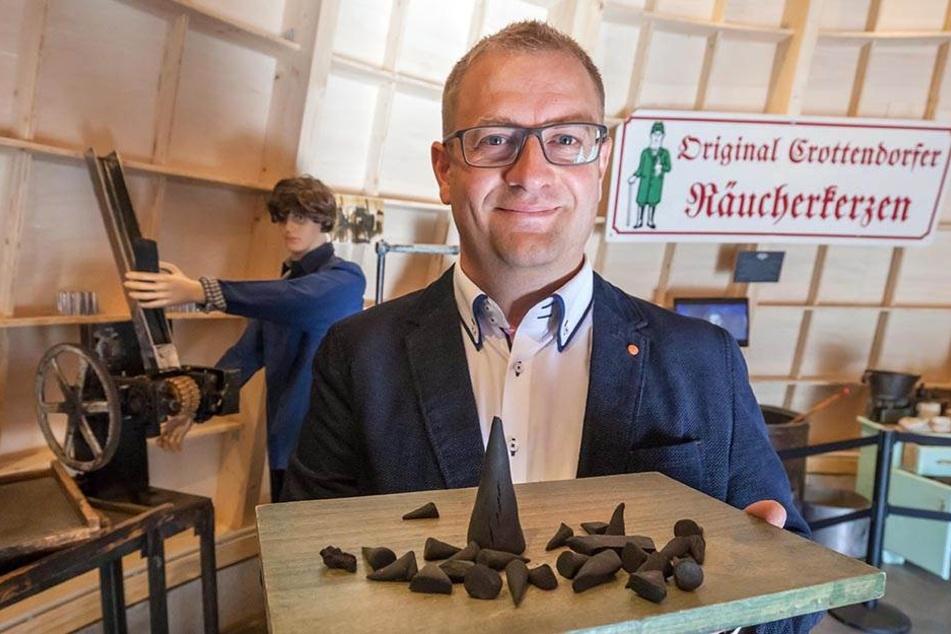 Im neu gebauten Räucherkerzenland  von Mirko Paul (39) gibt's eine Riesenräucherkerze als Museum, und natürlich  kann man auch selbst Weihrauchkerzchen machen.