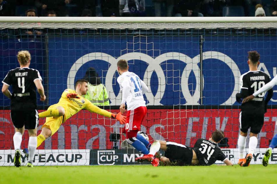 Pierre-Michel Lasogga erzielt den 1:0-Führungstreffer für den HSV.
