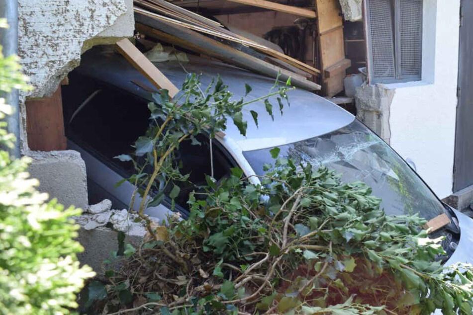 Kurioser Unfall: Frau durchbricht Garagenwand und bleibt in Mauer stecken