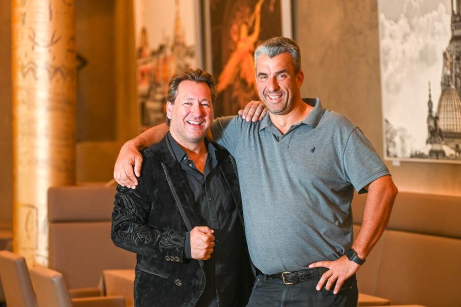 Fischkoch Gerd Kastenmeier (50, l.) und Claudius Dreilich (48) sind seit zehn Jahren befreundet. 2017 war Kastenmeier sogar Dreilichs Trauzeuge.