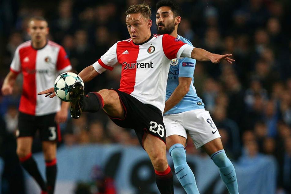 War gegen Ajax neben Robin van Persie der überragende Mann: Jens Toornstra (vorne) erzielte einen Treffer und bereitete drei weitere Tore direkt vor. Hier im Duell mit Manchester Citys deutschem Nationalspieler Ilkay Gündogan.