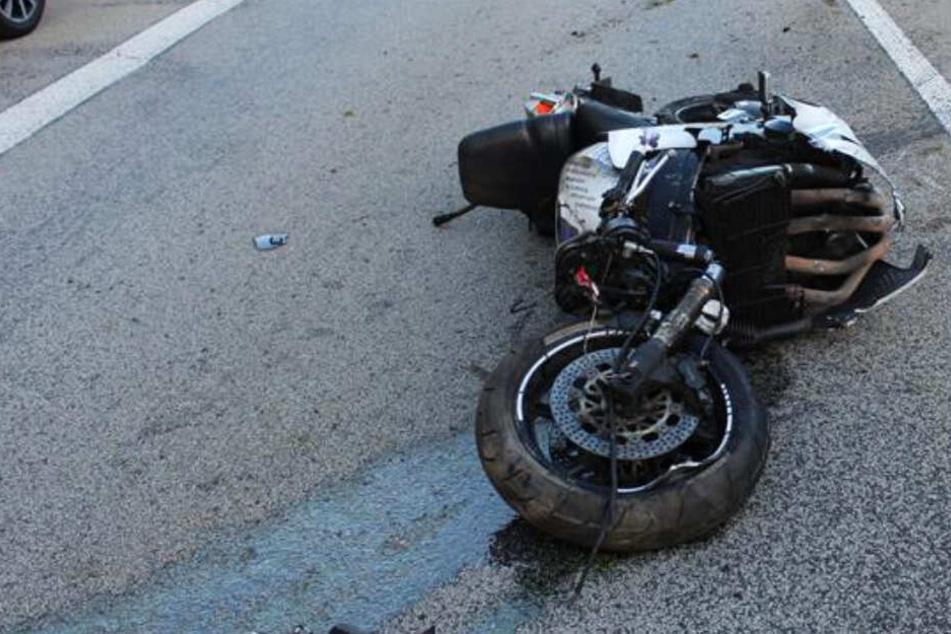 Das Foto von der Unfallstelle zeigt das verunglückte Motorrad.