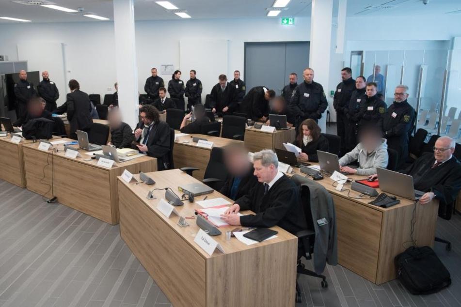 Den acht Beschuldigten werden insgesamt fünf Anschläge in Freital und Dresden zur Last gelegt.