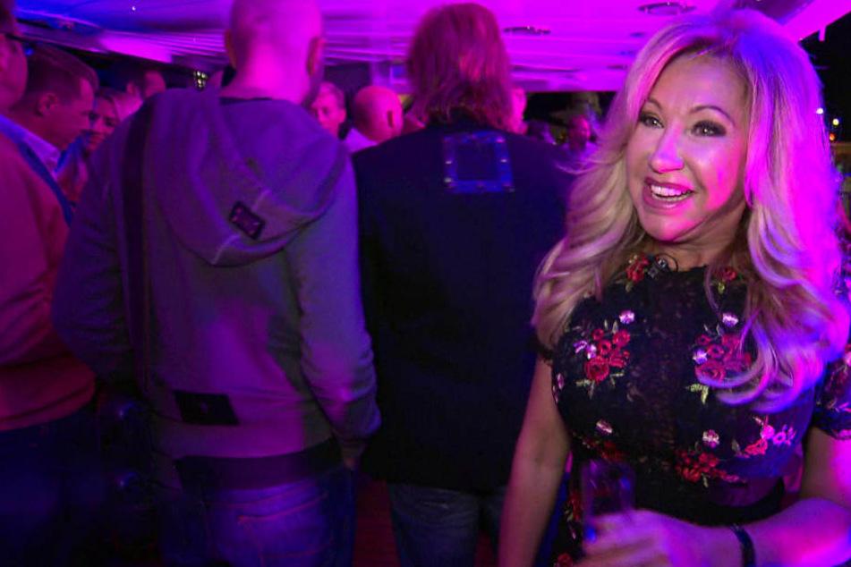 """Die Party brummt, die """"Indigo Star"""" ist pickepackevoll. Aber noch hat Carmen gute Laune."""