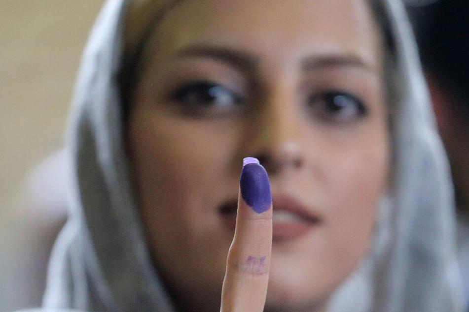 Diese Frau hat bei der Wahl ihre Stimme abgegeben. Die Tinte an ihrem Finger bezeugt das. Wahltinte bleibt mehrere Tage am Finger sichtbar und ist nicht abwaschbar. Wahlbetrug wird so vorgebeugt. (Symbolbild)
