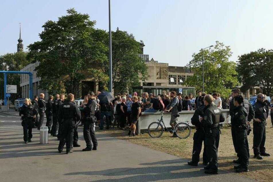 Etwa 20 linke Demonstranten sind in Sichtweite der rechten Protestler.