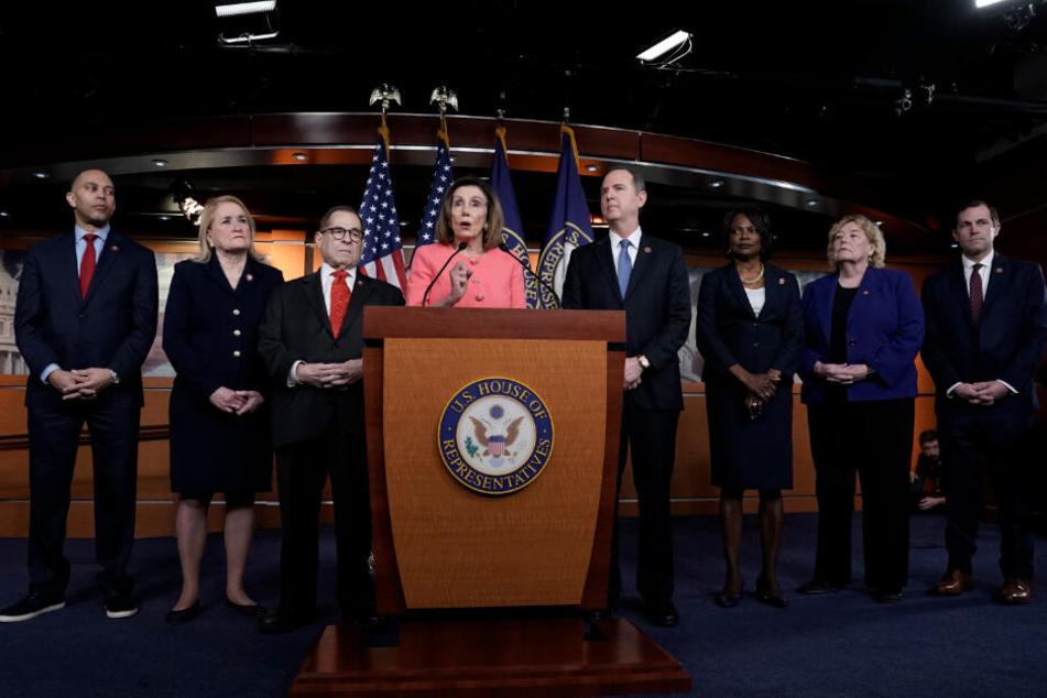 Nancy Pelosi (M), Sprecherin des US-Repräsentantenhauses, äußert sich im Kapitol zu den weiteren Schritten im Amtsenthebungsverfahren gegen US-Präsident Trump.