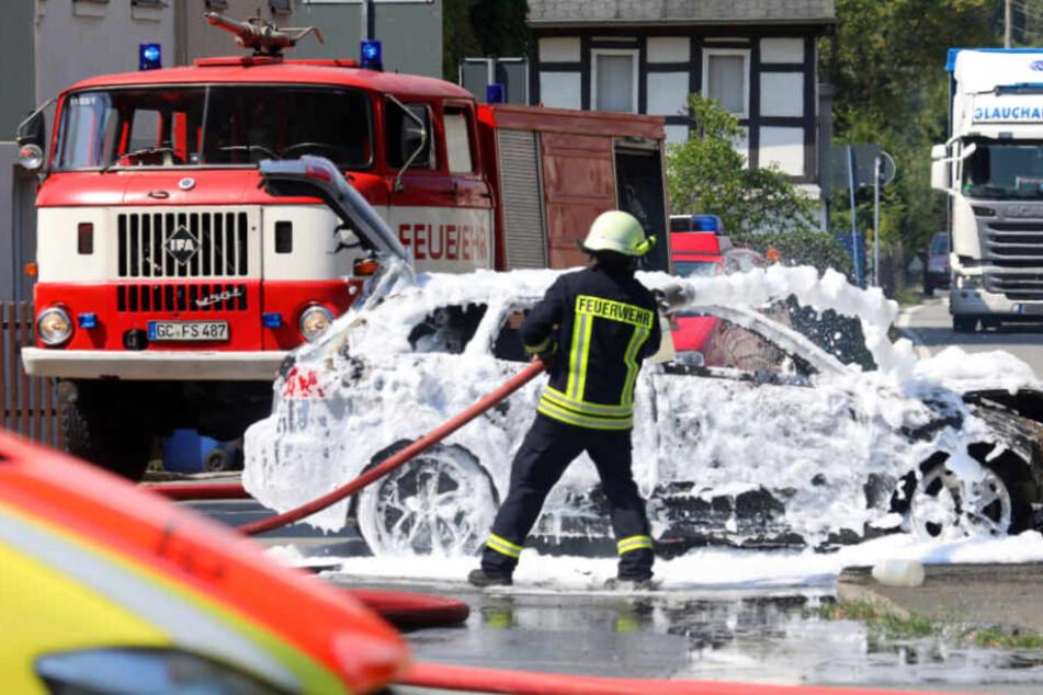 Der lichterloh brennende Audi A3 musste von den Einsatzkräften gelöscht werden.