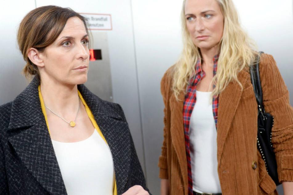 Maren (r) versucht Katrin (l) in einem emotionalen Appell an ihre Freundschaft davon abzuhalten, Lilly zu verklagen.