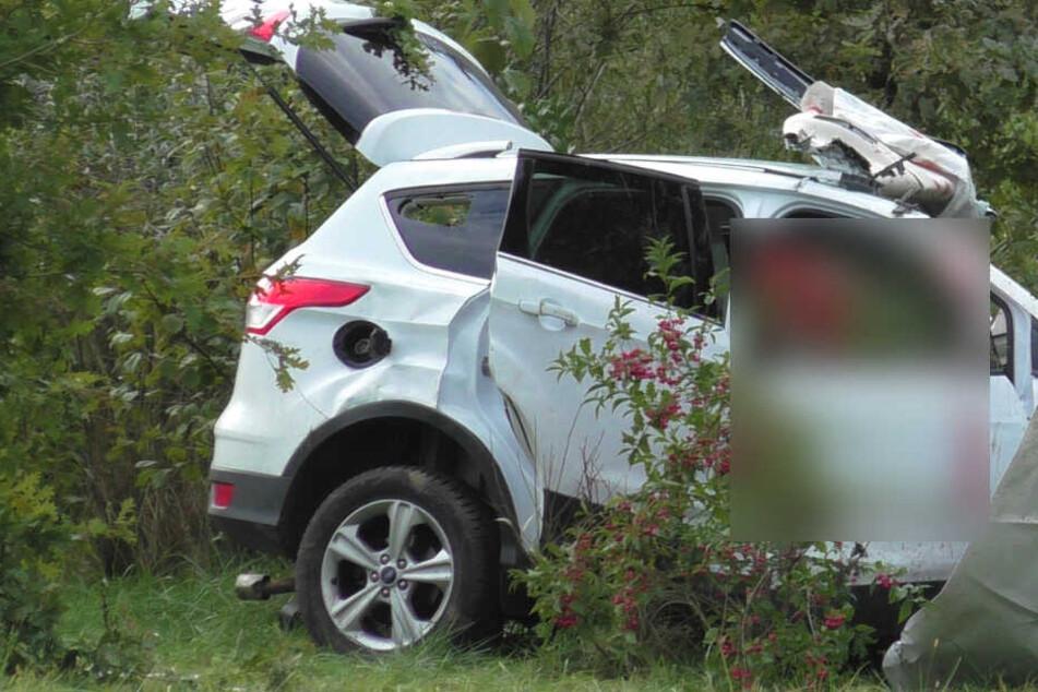 Der Fahrer des Fords stirbt noch an der Unfallstelle.